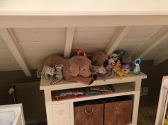 de voormalige kinderkamer werd na afschuren van de parket voorlopig ingericht als onze slaapkamer nu ja veel inrichten was er niet aan bed erin en de